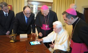 Pope Benedict XVI using an iPad