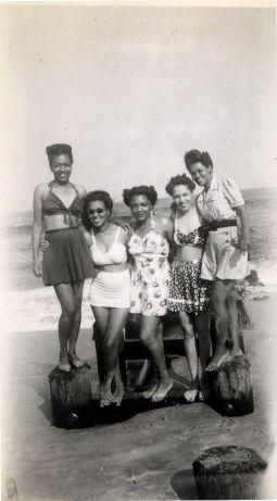Beach Besties, 1947 The Beach House Album, 1946-49. ©Waheed Photo Archive, 2011