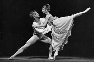 Antoinette Sibley as Manon and Anthony Dowell as Des Grieux in Manon Photo by Leslie E. Spatt