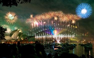 Sydney_habour_bridge_&_opera_house_fireworks_new_year_eve_2008