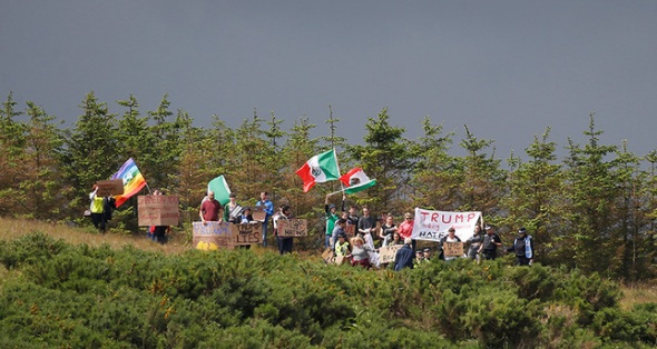 Protesters wave Mexican flags and signs on the road leading into Republican presidential candidate Donald Trump's Trump International Golf Links in Aberdeen, Scotland, June 25, 2016. (Reuters Photo)