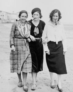 Essas três mulheres não são Rosa Luxemburgo, Simone de Beauvoir e Emma Goldman na praia dos anos 1930