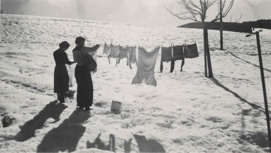 women-hanging-laundry-in-the-snow-1957