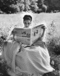 Movie-Stars-Reading-Ava-Gardner-newspaper