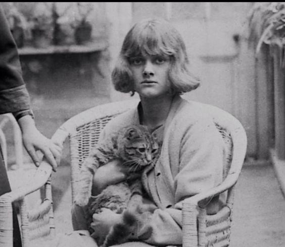 Daphne Du Maurier and cat