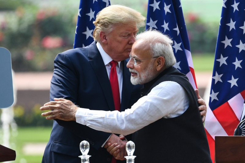 Narenda Modi and Trump hugging