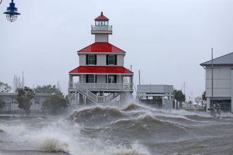 Wind, storm surge from Hurricand Ida lansh Louisiana